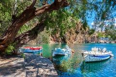 Barcos en el lago Voulismeni Agios Nicolás, Crete Imágenes de archivo libres de regalías
