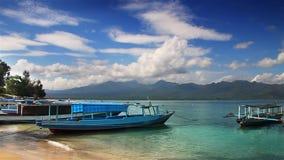 Barcos en el lazo de la playa almacen de video
