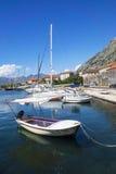 Barcos en el mar azul, Kotor, Montenegro Foto de archivo libre de regalías