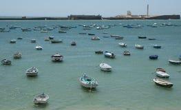 Barcos en el mar en Cádiz Fotos de archivo