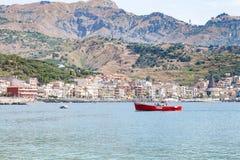 Barcos en el mar cerca de la costa de Giardini Naxos Foto de archivo