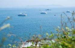 Barcos en el mar cerca del Perros-Guerec Imagen de archivo libre de regalías