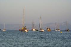 Barcos en el mar con la naturaleza y el gris salvajes Fotos de archivo