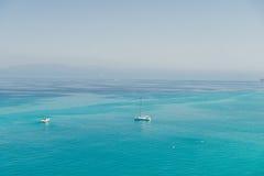 Barcos en el mar cristalino cerca de la ciudad de la región Calabria - Italia de Tropea Fotos de archivo libres de regalías