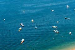 Barcos en el mar, día soleado Fotos de archivo libres de regalías