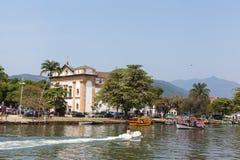Barcos en el mar de la ciudad de Paraty - RJ - el Brasil Fotografía de archivo