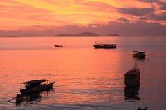 Barcos en el mar de la puesta del sol Imágenes de archivo libres de regalías