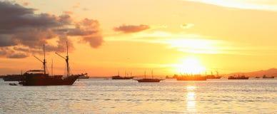 Barcos en el mar de la puesta del sol Foto de archivo libre de regalías