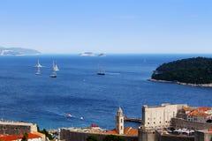 Barcos en el mar grande con la ciudad vieja en la parte inferior Fotos de archivo libres de regalías