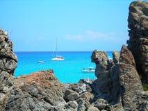 Barcos en el mar Mediterráneo azul Imágenes de archivo libres de regalías