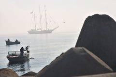 Barcos en el mar Paisaje marino de la mañana Fotos de archivo