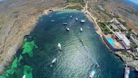 Barcos en el mar Silueta del hombre de negocios Cowering malta almacen de video
