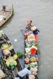 Barcos en el mercado flotante de Nga Nam Foto de archivo