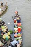Barcos en el mercado flotante de Nga Nam Fotografía de archivo