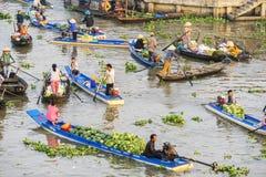 Barcos en el mercado flotante de Nga Nam Imágenes de archivo libres de regalías