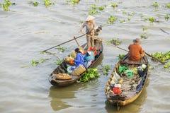 Barcos en el mercado flotante de Nga Nam Imagen de archivo libre de regalías