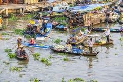 Barcos en el mercado flotante de Nga Nam Foto de archivo libre de regalías