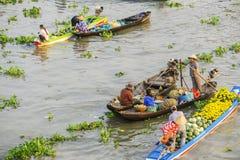 Barcos en el mercado flotante de Nga Nam Imagenes de archivo