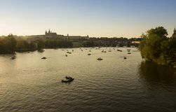 Barcos en el Moldava en Praga fotos de archivo libres de regalías