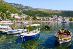 Barcos en el muelle de la ciudad de vacaciones Petrovac, Montenegro Imagenes de archivo