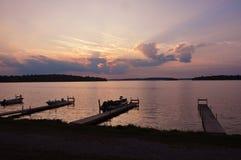Barcos en el muelle en el lago, Canadá Fotos de archivo libres de regalías