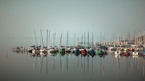 Barcos en el muelle en Steinhuder Meer, Baja Sajonia, Alemania imagen de archivo