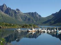 Barcos en el pequeño puerto - Noruega Fotos de archivo