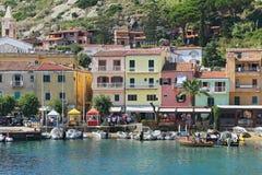 Barcos en el pequeño puerto de la isla de Giglio, la perla del mar Mediterráneo, Toscana - Italia Imagen de archivo