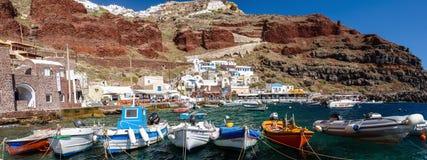 Barcos en el puerto de Amoudi de ciudad de Oia en la isla de Santorini Fotografía de archivo libre de regalías