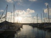 Barcos en el puerto de Jaffa, bandera israelí que agita en el viento Cielo nublado fotos de archivo