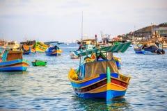 Barcos en el puerto de Marsaxlokk Foto de archivo libre de regalías