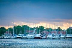 Barcos en el puerto de Mikolajki en la puesta del sol Fotos de archivo