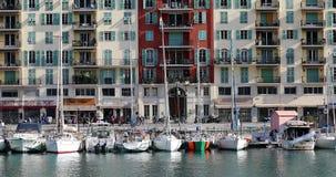 Barcos en el puerto de Niza con los edificios coloridos en el fondo almacen de video