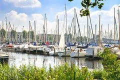Barcos en el puerto deportivo Huizen. Fotos de archivo