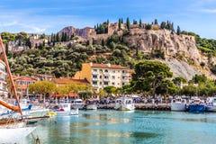 Barcos en el puerto y las Castillo francés-casis, Francia Fotos de archivo