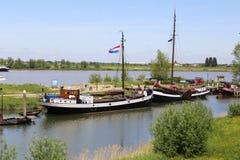 Barcos en el río con una bandera holandesa Fotos de archivo libres de regalías