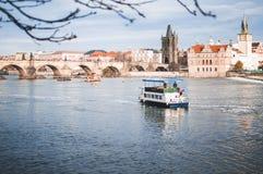Barcos en el río de Moldava imagen de archivo