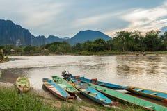 Barcos en el río de Nam Song Foto de archivo libre de regalías