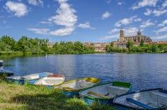Barcos en el río de Tormes, delante de la catedral de Salamanca foto de archivo