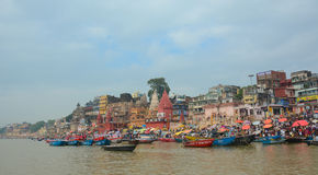 Barcos en el río Ganges en Varanasi Fotos de archivo