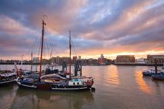Barcos en el río Támesis en Londres. Foto de archivo