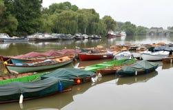 Barcos en el río Támesis en Richmond London Imagen de archivo libre de regalías