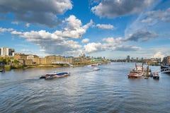 Barcos en el río Támesis en Londres Foto de archivo