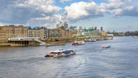 Barcos en el río Támesis en Londres Foto de archivo libre de regalías