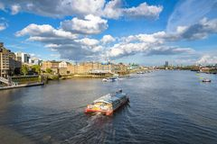 Barcos en el río Támesis en Londres Fotos de archivo