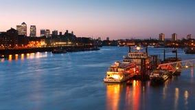 Barcos en el río Támesis y Canary Wharf, Londres. Foto de archivo