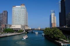 Barcos en el río de Chicago Imagen de archivo libre de regalías