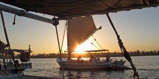 Barcos en el río Nilo en la puesta del sol Fotografía de archivo