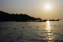 Barcos en el sol poniente fotos de archivo