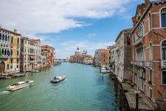 Barcos en grado del canal en Venecia, Italia Imagenes de archivo